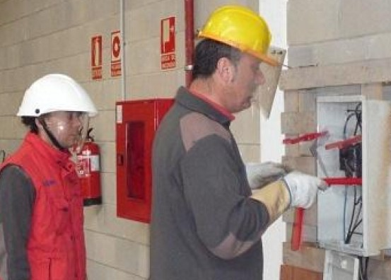 (K32) AEA – Reglamentación de trabajos con tensión en instalaciones eléctricas de BT en CC y CA – AEA 95705/1 Resolución SRT Nº 3068/14